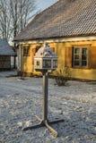 letland Sigulda De Huismanager van het landgoed Voeders voor vogels Stock Foto