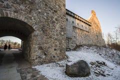 letland Sigulda Het Kruisvaarderkasteel binnenplaats De vestingsmuur De hoofdingang Stock Afbeeldingen