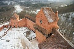Letland - Sigulda - Torens en muren van het kasteel en Gauja van Turaida Stock Foto