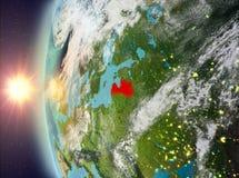 Letland tijdens zonsondergang van ruimte Royalty-vrije Stock Afbeeldingen