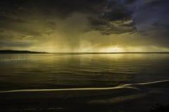 letland Zonsondergang op de rivier Verandering in het weer Elementaire fuif Stock Foto