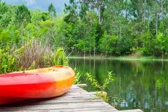 Letni Dni - kajak na molu z jeziorem i drzewami Zdjęcie Royalty Free