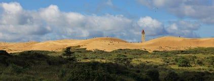 Letni dzień przy zachodnim wybrzeżem Dani Unikalna piasek diuna Rubje Knude Latarnia morska Obrazy Stock