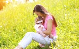 Letni dzień, szczęśliwa matka i dziecko, outdoors fotografia stock