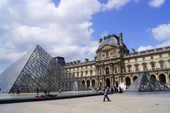 Letni dzień w musée Du Louvre zdjęcie royalty free