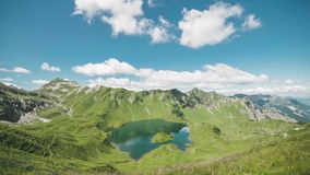 Letni dzień w Niemieckich Alps przy jeziornymi Schrecksee dopatrywania chmurami iść obok w ten panoramicznym widoku dolina zbiory