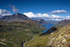 Letni dzień w norweskim pustkowiu, jezioro otaczający górami Obrazy Royalty Free