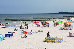 Letnicy na piaskowatej plaży Zdjęcie Stock