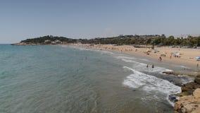 Letnicy w Arrabassada plaży, jeden sławny złoty piasek wyrzucać na brzeg w Hiszpańskim Costa Daurada zdjęcie wideo