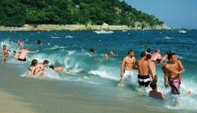 Letnicy wygrzewa się na wybrzeżu Hiszpania. Obrazy Royalty Free