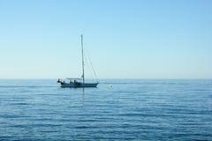 Letniego dnia żeglowania łódź Fotografia Stock