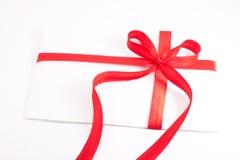 Letra amarrada com uma fita vermelha sob a forma do coração Imagem de Stock Royalty Free