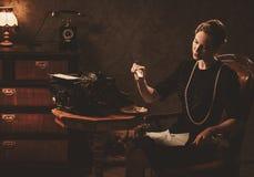 Letra ardiente de la mujer hermosa en interior retro imagen de archivo libre de regalías