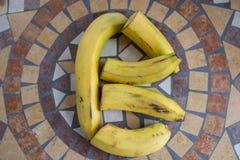 Letra B hecho con los plátanos para formar una letra del alfabeto con las frutas Imagenes de archivo