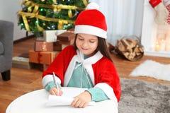 Letra bonito da escrita da menina a Santa Claus Imagens de Stock
