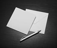 Letra branca do envelope e pena branca rendição 3d Foto de Stock