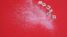 A letra branca telha mover-se para soletrar para fora o Natal no brilho no fundo vermelho vídeos de arquivo