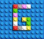 Letra colorida G dos tijolos do lego da construção no fundo azul do lego Letra M de Lego ilustração do vetor