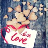 Letra com mensagem com amor e cookies em Valentine Day toned imagem de stock royalty free