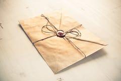 Letra con el sello en la tabla Foto de archivo