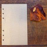 Letra con la flor secada Fotografía de archivo