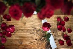 Letra con las rosas para el día de tarjetas del día de San Valentín Foto de archivo libre de regalías