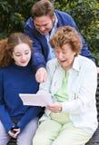 Letra da leitura da família junto fotos de stock