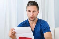 Letra da leitura do homem Fotos de Stock