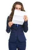 Letra de la lectura de la mujer de negocios Fotografía de archivo
