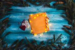 Letra de la Navidad a Papá Noel en una tabla azul de madera Fotografía de archivo