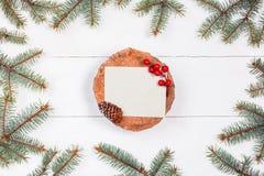 Letra de la Navidad para Papá Noel en tocón en el fondo de madera blanco con las ramas y las decoraciones del abeto Navidad y Fel Imagen de archivo