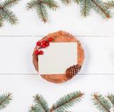 Letra de la Navidad para Papá Noel en tocón en el fondo de madera blanco con las ramas y las decoraciones del abeto Navidad y Fel Fotos de archivo