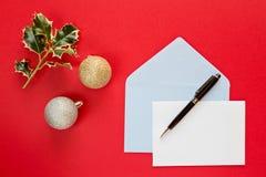 Letra de la Navidad sobre un fondo rojo Foto de archivo libre de regalías
