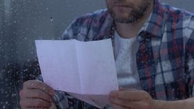 Letra de leitura masculina desesperada, veterano militar que recorda amigos, depressão vídeos de arquivo