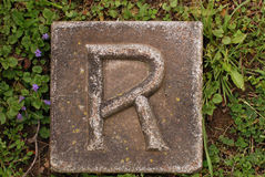 Letra de molde R en tierra Foto de archivo