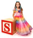 Letra de moldes del alfabeto S con la muchacha hermosa Fotografía de archivo