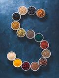 Letra de S de superfoods en cuenco en fondo azul Imagenes de archivo
