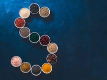 Letra de S de superfoods en cuenco en fondo azul Fotos de archivo libres de regalías