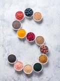 Letra de S de superfoods en cuenco en fondo azul Imagen de archivo libre de regalías