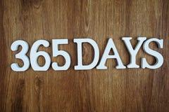 letra de um alfabeto de 365 dias com cópia do espaço no fundo de madeira imagem de stock royalty free