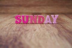 letra del alfabeto de domingo con la copia del espacio en fondo de madera fotografía de archivo