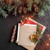 Letra do Natal para Santa no fundo escuro com lápis, ramos do abeto, cones do pinho Tema do Xmas e do ano novo feliz, bokeh, spar foto de stock