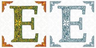 Letra E Vetor Alfabeto decorativo no fundo branco Detalhes isolados monogram Ornamento da folha da mola ABC ilustração royalty free