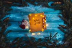 Letra a estimado Papá Noel en una tabla de madera azul Fotografía de archivo