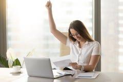 Letra feliz de la lectura de la empresaria en oficina fotos de archivo
