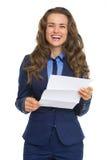 Letra feliz de la lectura de la mujer de negocios Imagen de archivo libre de regalías