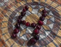Letra H hecho con los cherrys para formar una letra del alfabeto con las frutas Imagenes de archivo
