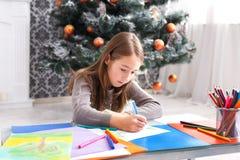 Letra hermosa a santa, espera de la escritura de la muchacha para la Navidad Imagen de archivo libre de regalías