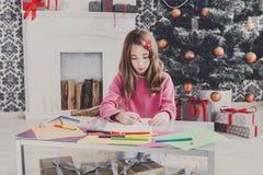Letra hermosa a santa, espera de la escritura de la muchacha para la Navidad Fotografía de archivo libre de regalías