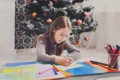 Letra hermosa a santa, espera de la escritura de la muchacha para la Navidad Foto de archivo libre de regalías